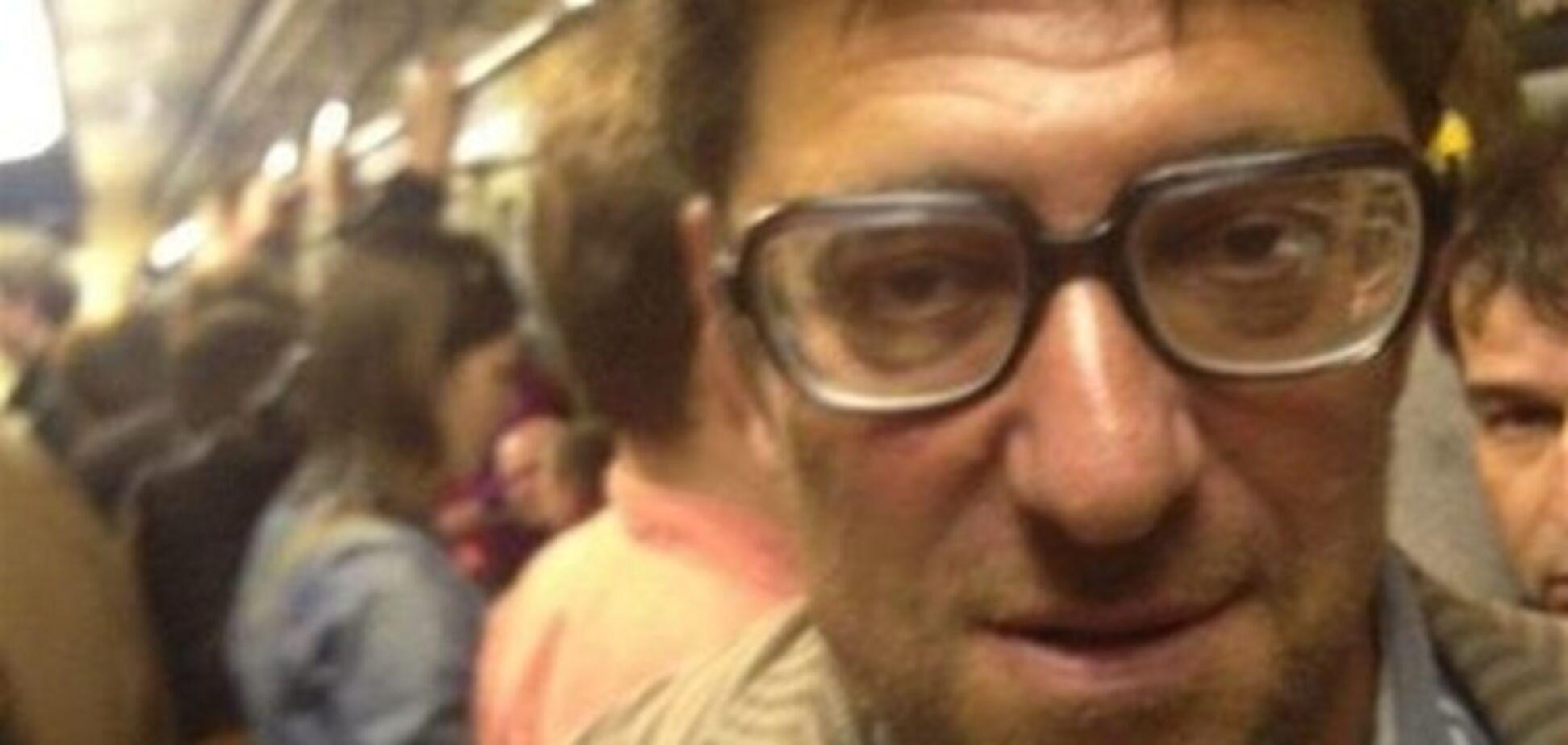 Олигарх забавляется катанием в метро. Фото