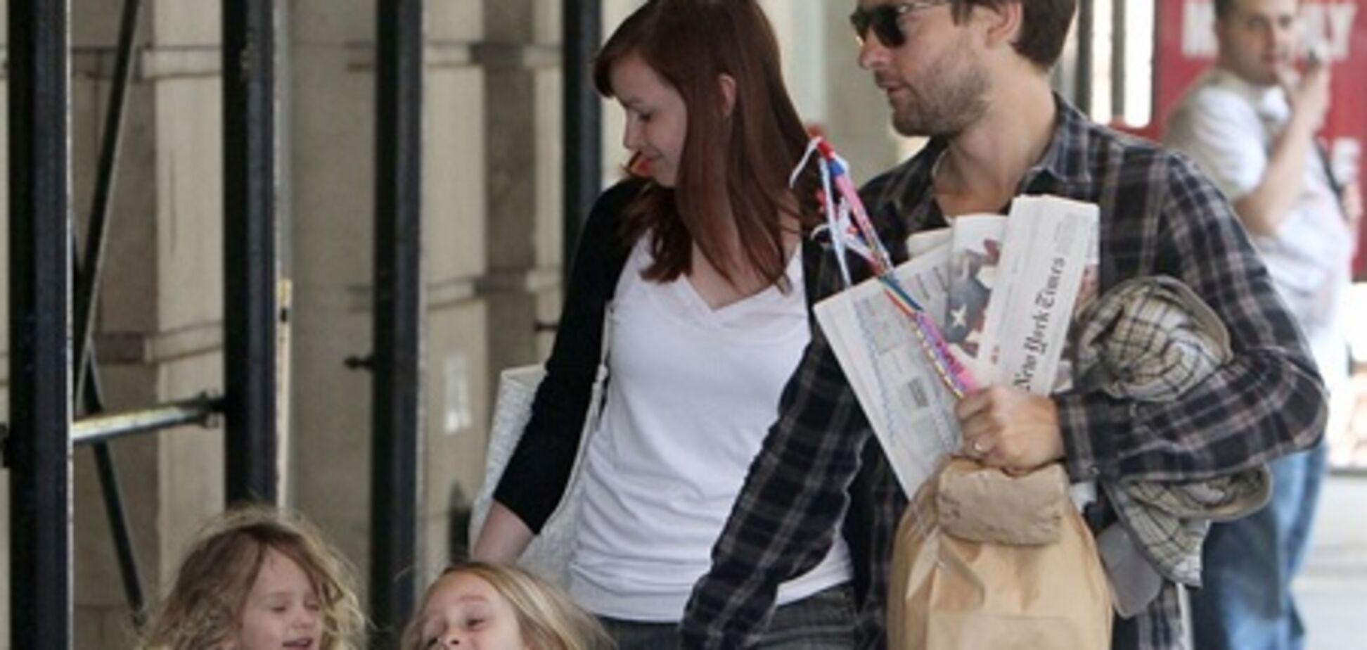 Тоби Магуайр гуляет с семьей в Нью-Йорке. Фото