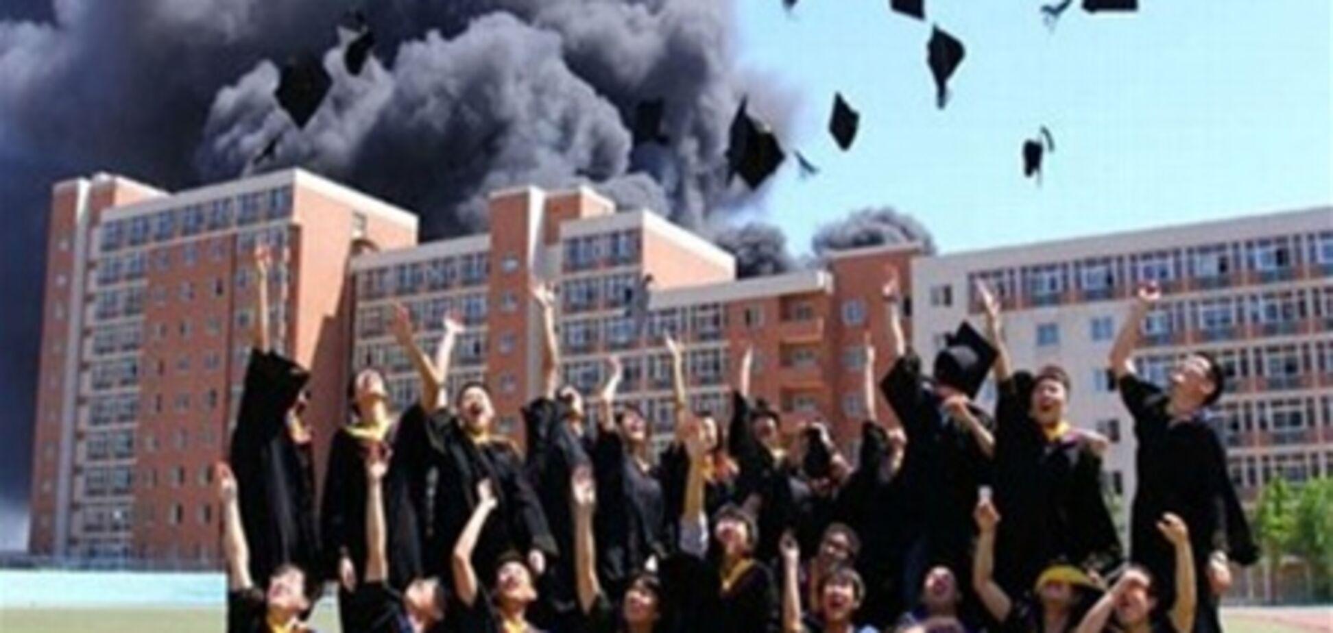 Випускники влаштували фотосесію на тлі палаючого гуртожитку