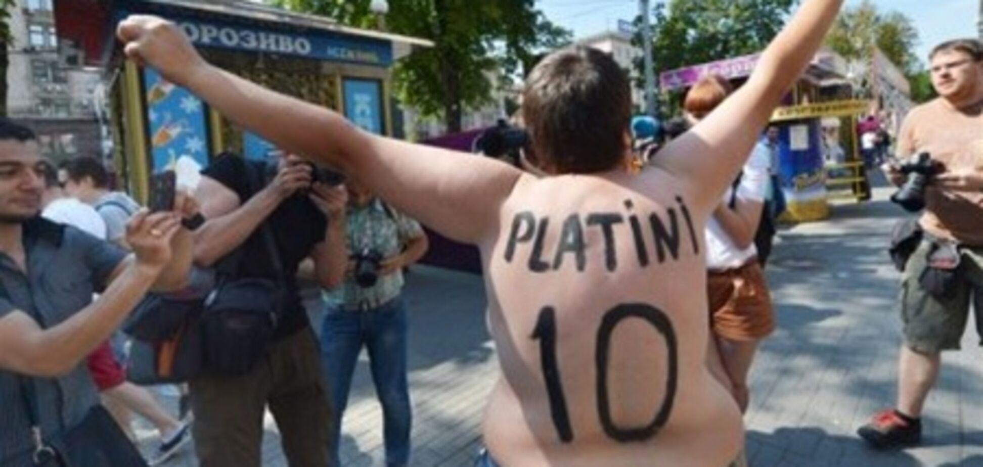 Активистка FEMEN прорвалась к хряку-'прорицателю'