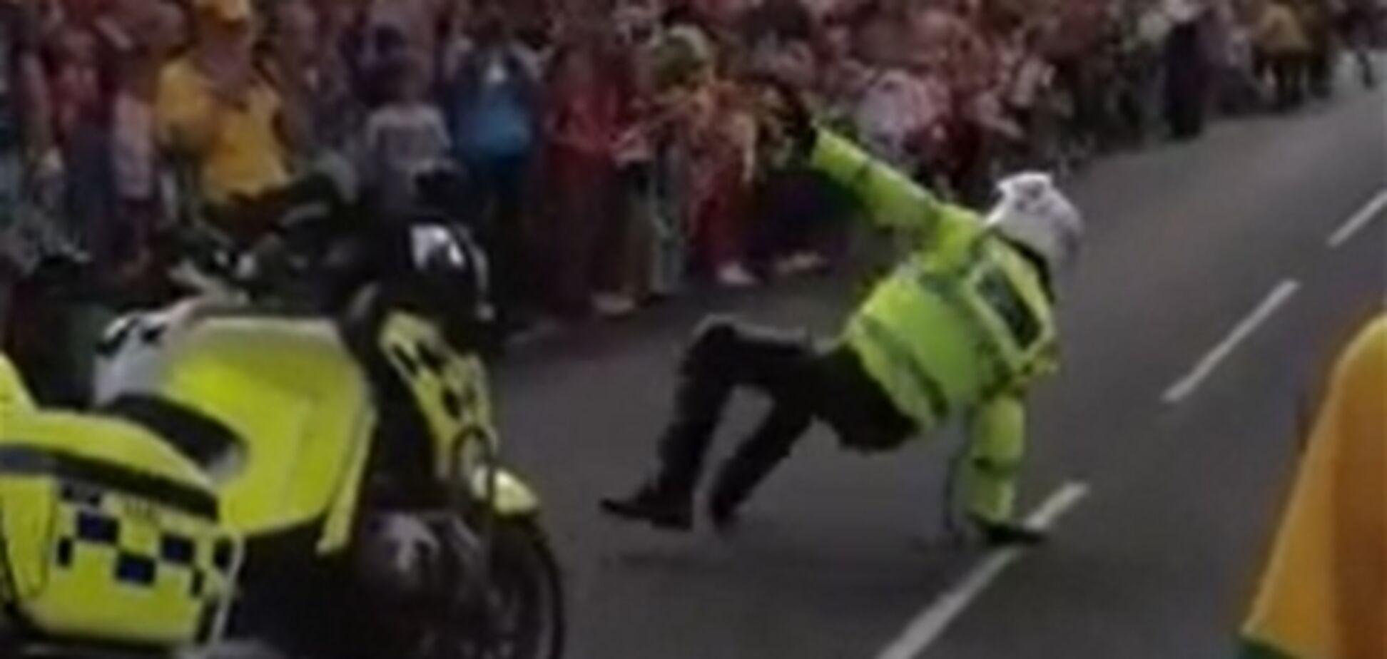 Британський поліцейський зустрів олімпійський вогонь танцем