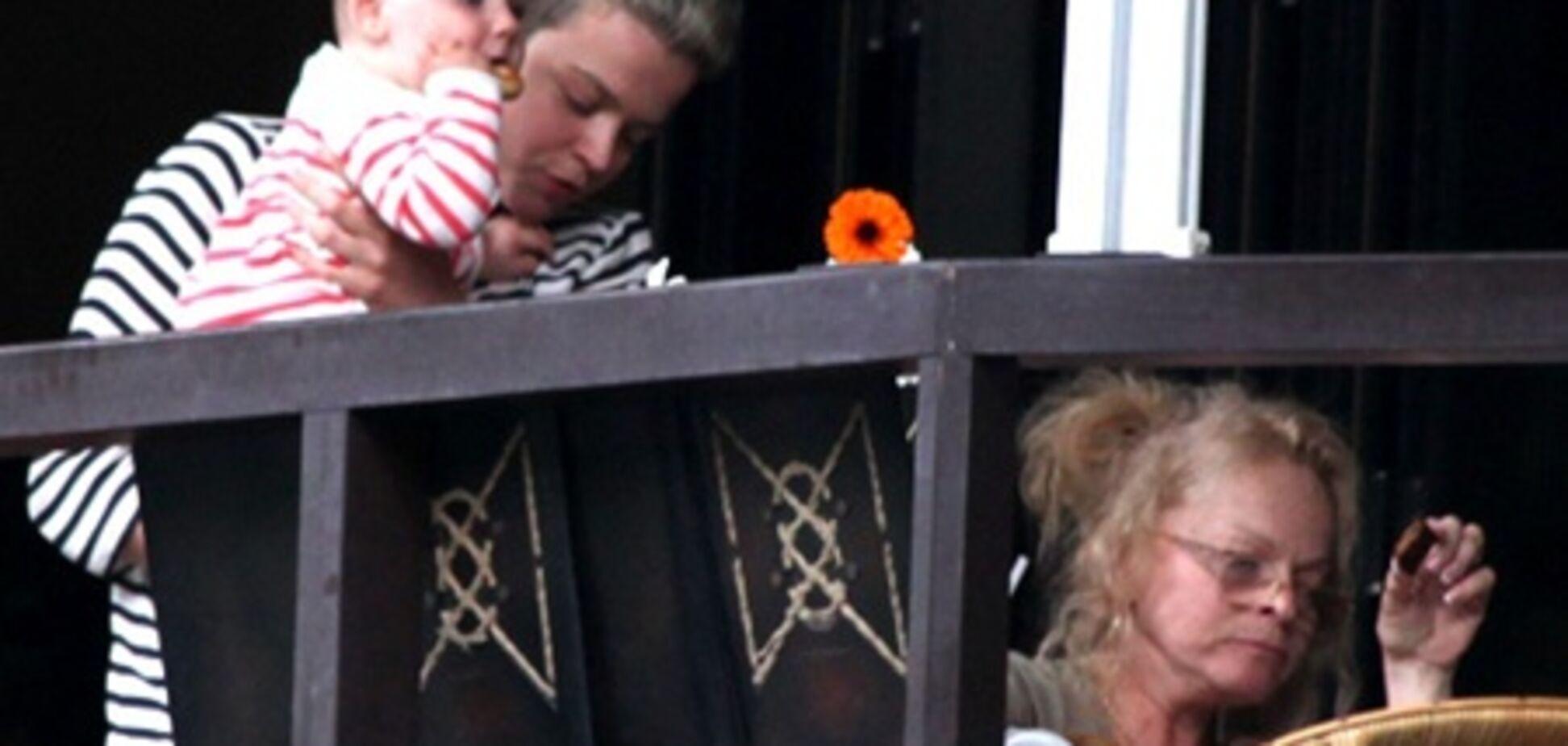 В Юрмале папарацци впервые сняли внучку Долиной
