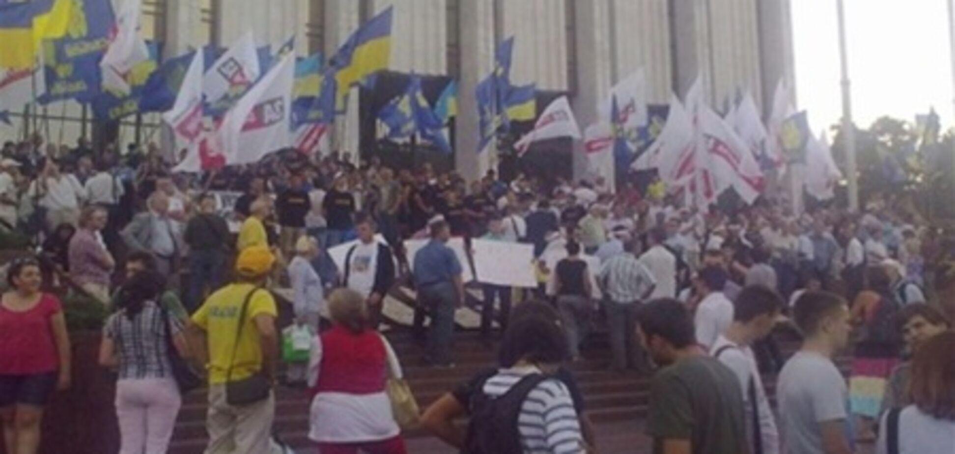 Под Украинским домом напали на журналистку