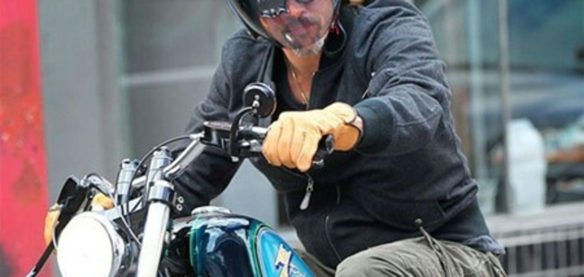 Брэд Питт подарил 11-летнему сыну мотоцикл