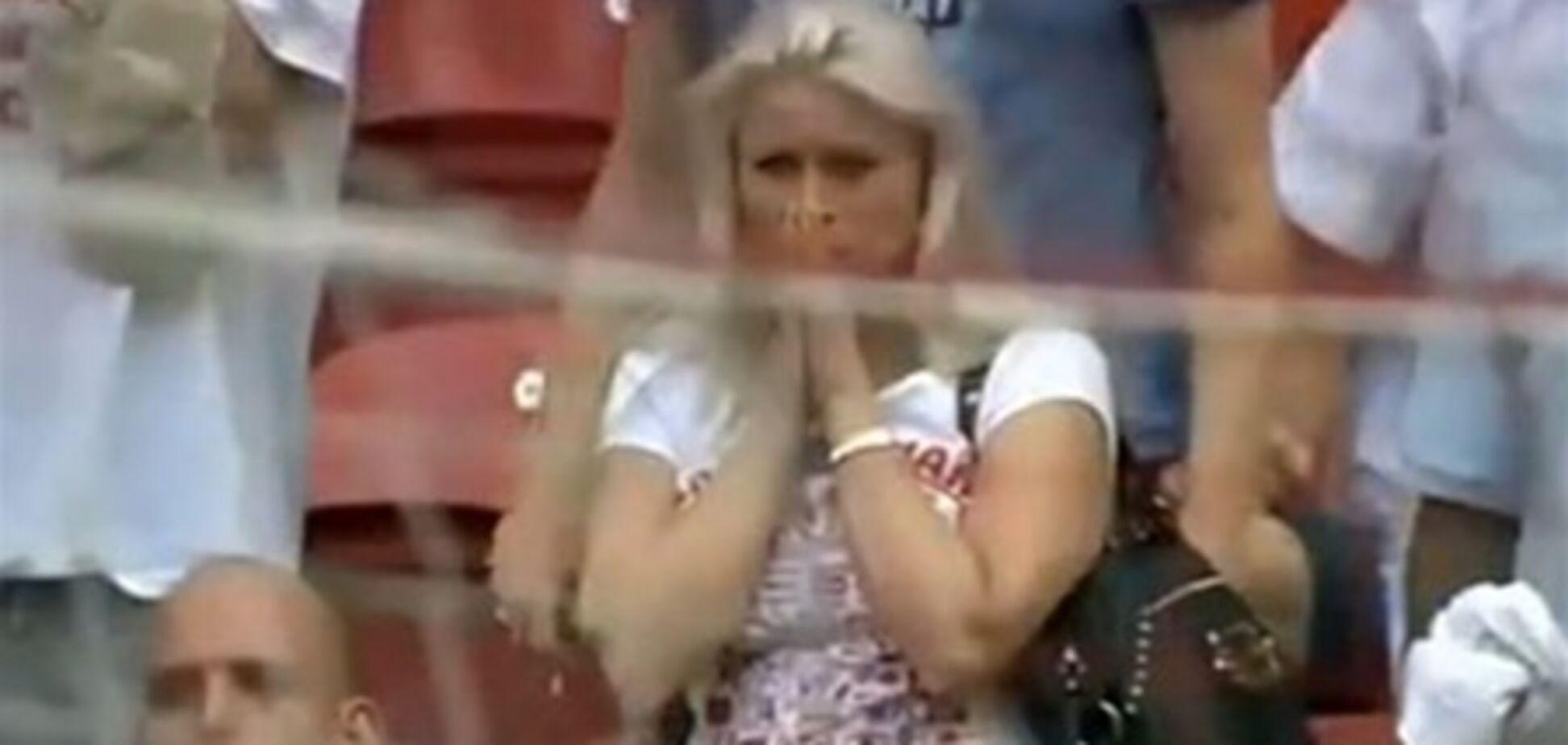 Блондинка на футболе. Видео