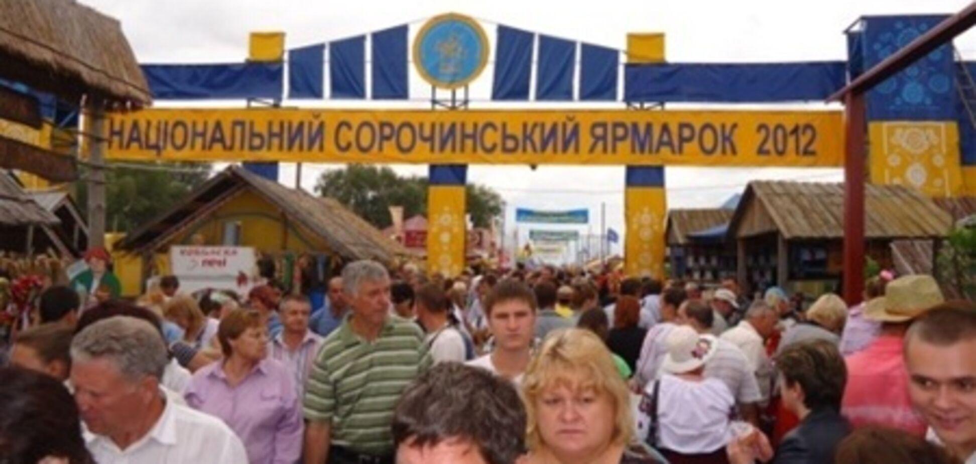 Азаров з'їздив на ярмарок за шапкою і лаптями