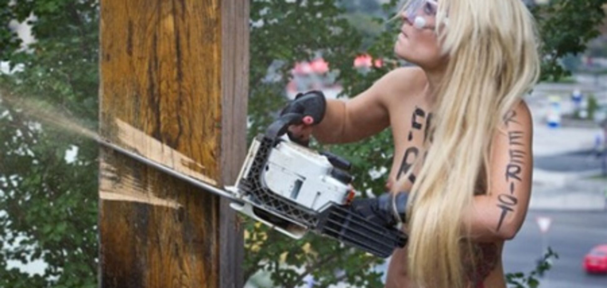 Пользователи Facebook считают акцию FEMEN проплаченной