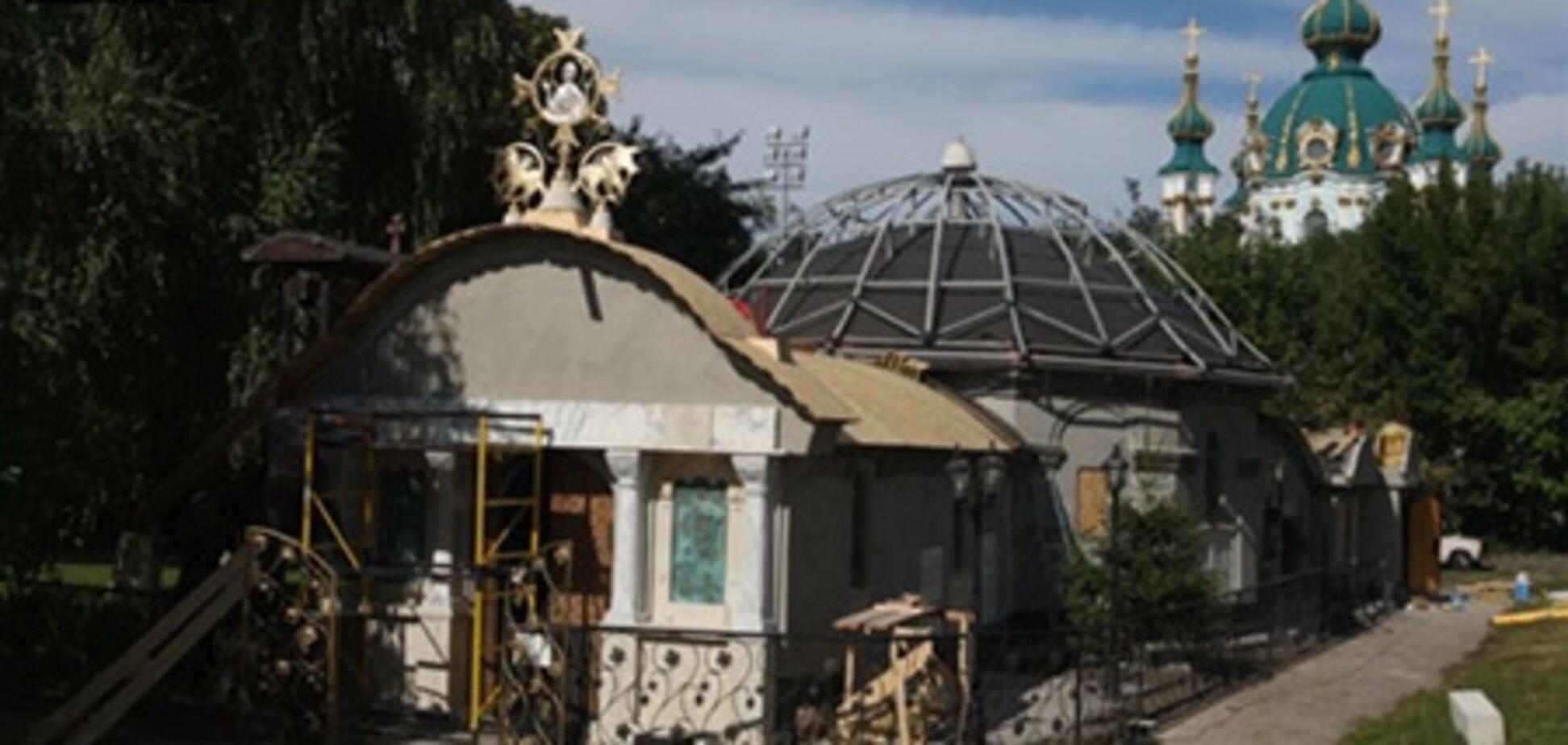 УПЦ МП продолжает достраивать свой храм возле Десятинной церкви