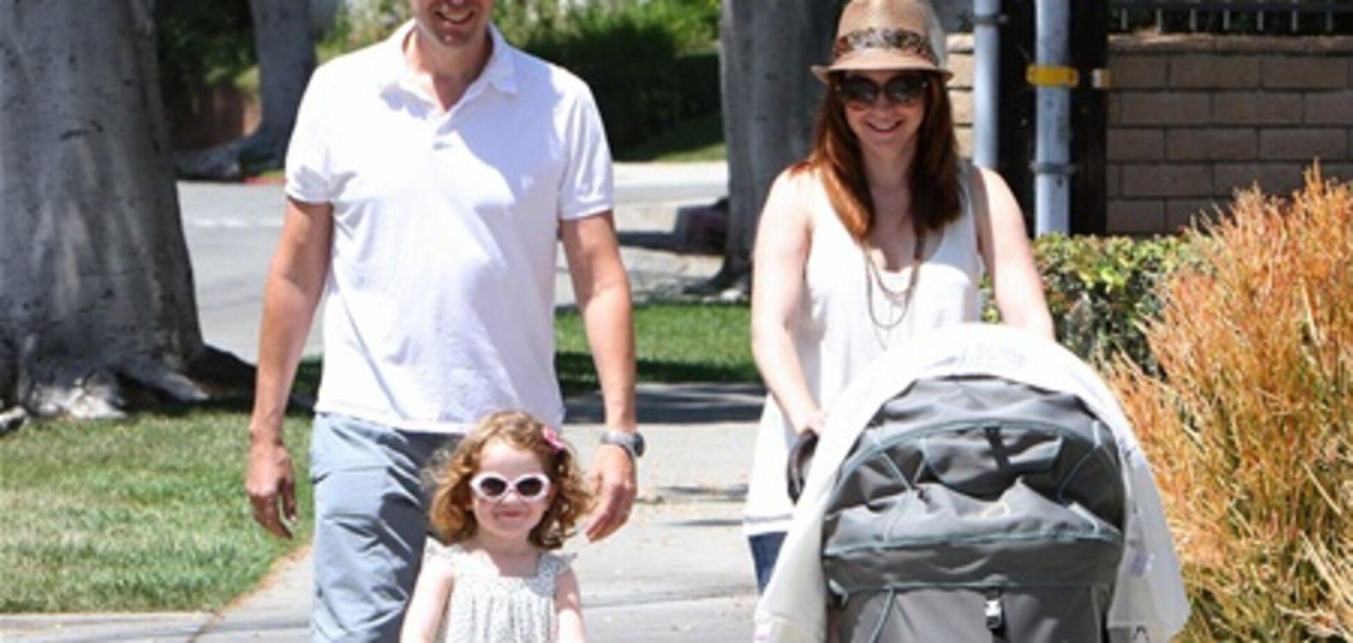 Семейство Ханниган гуляет с колясками. Фото