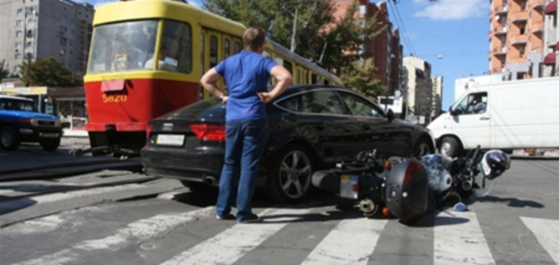 В центре Киева мотоциклист врезался в иномарку