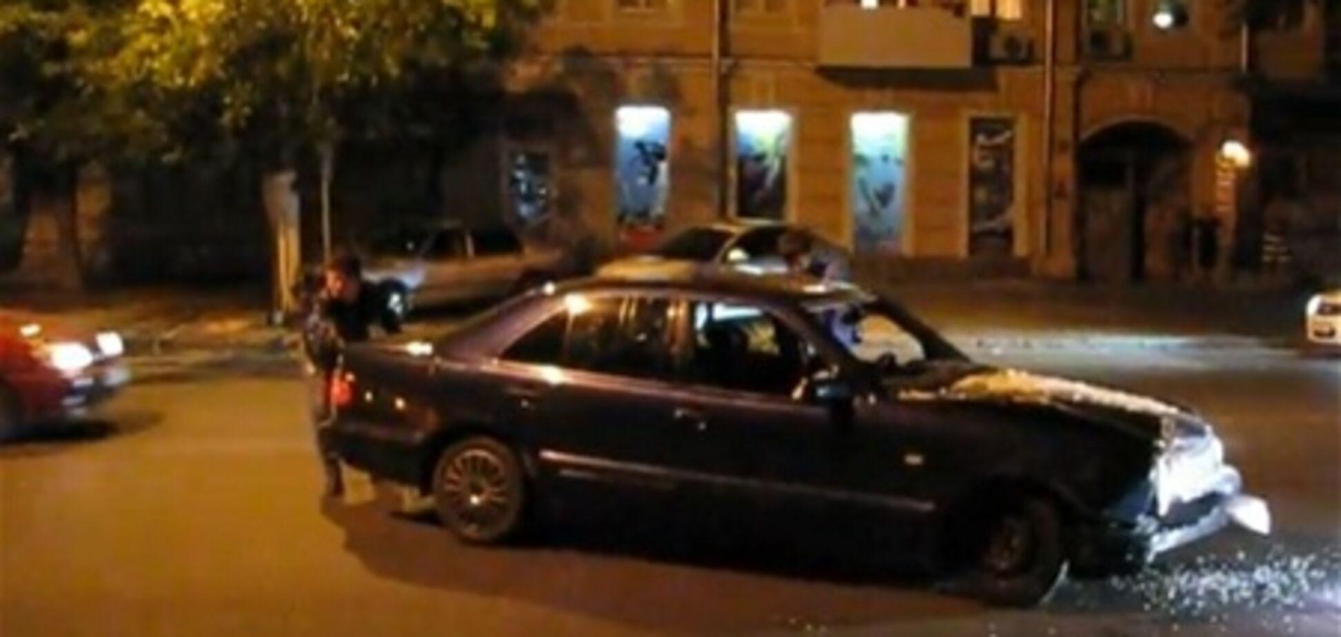 В Одессе мажоры на Мercedes разнесли остановку