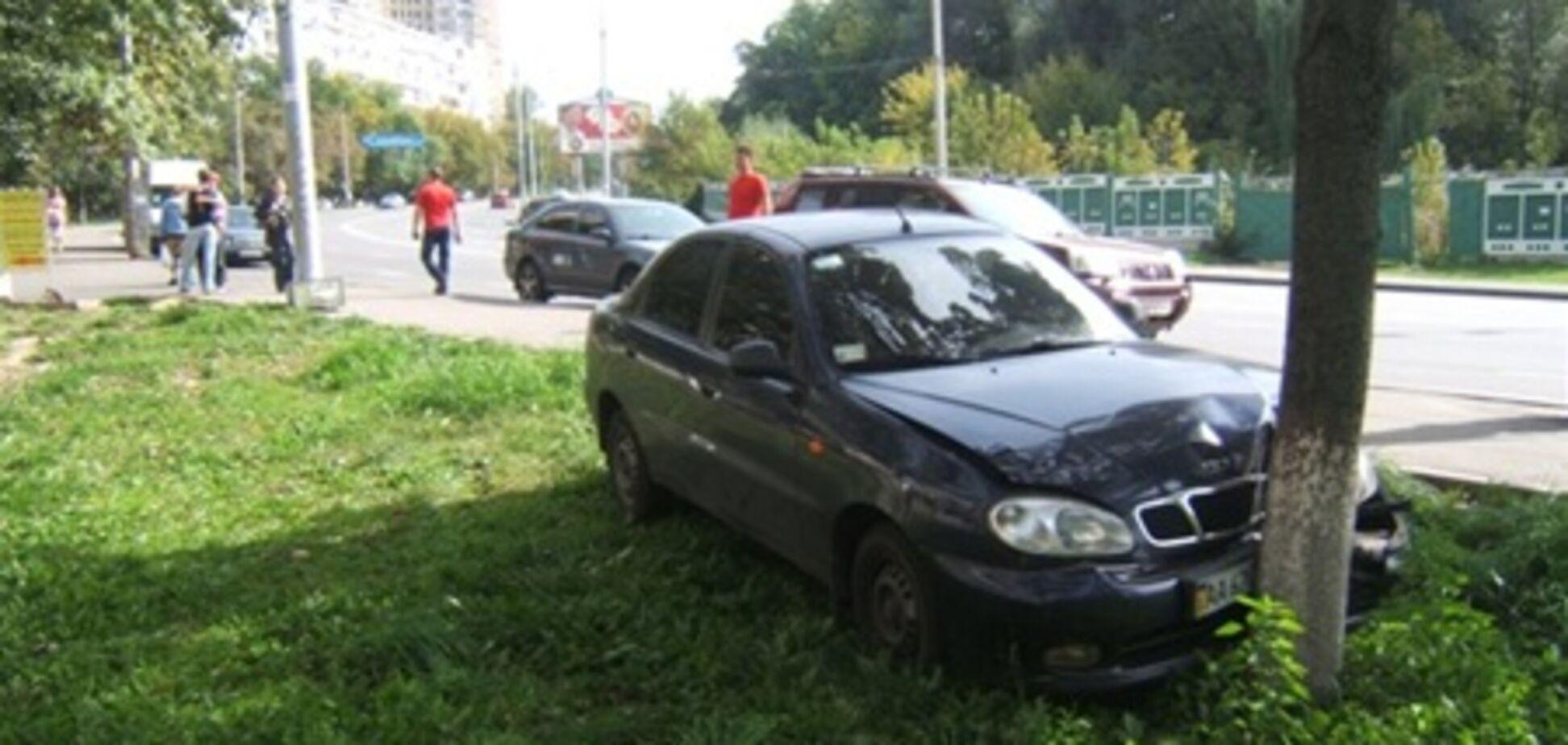 В Киеве неуправляемый автомобиль сбил двух пешеходов