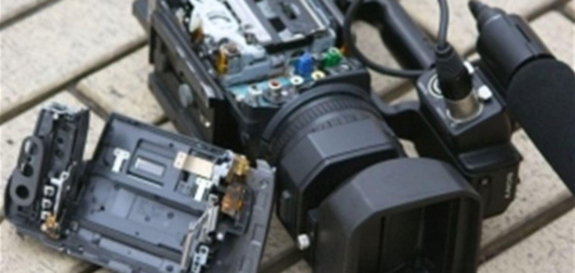 В Днепропетровске один из начальников автовокзала разбил камеру журналистам