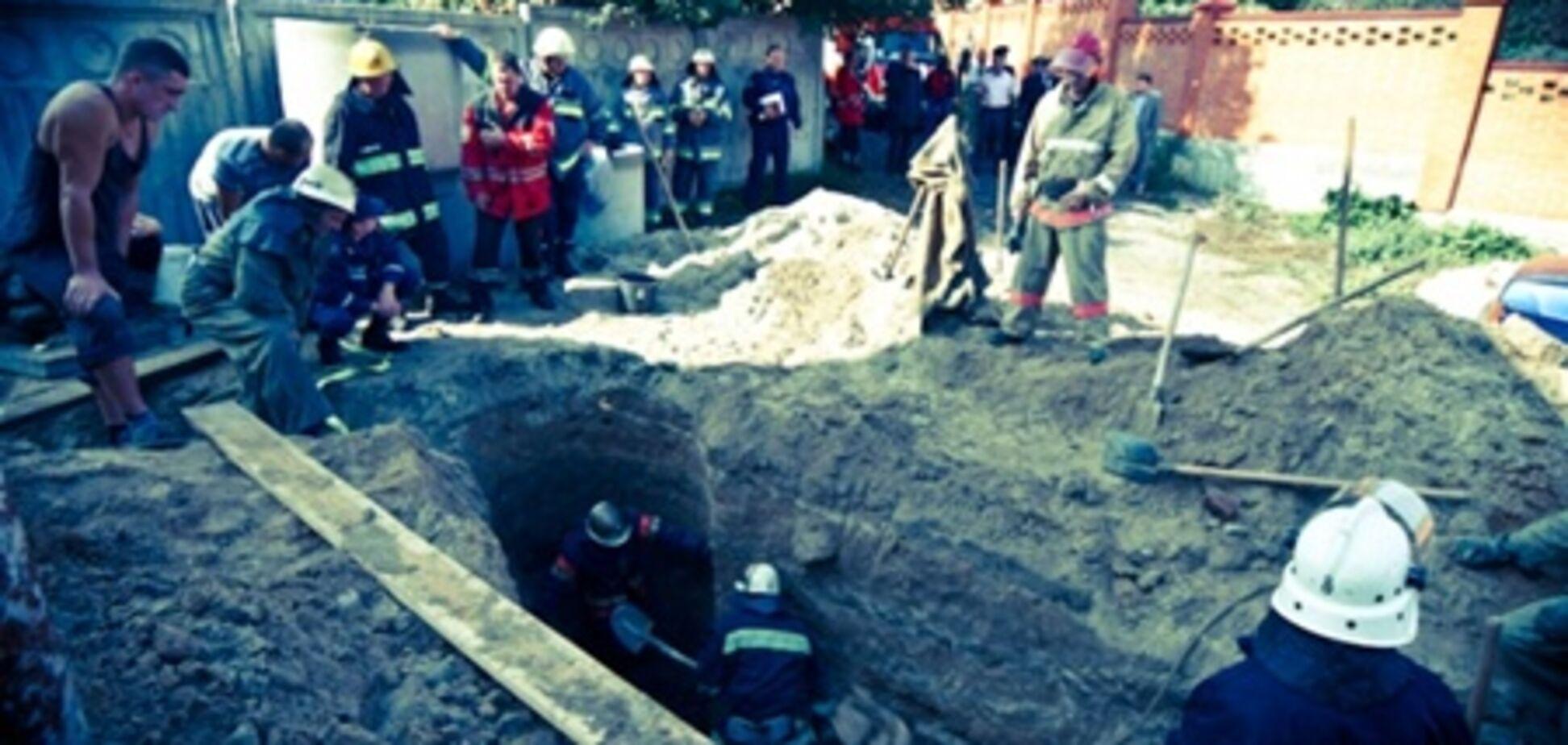 В Киеве строителя завалило землей