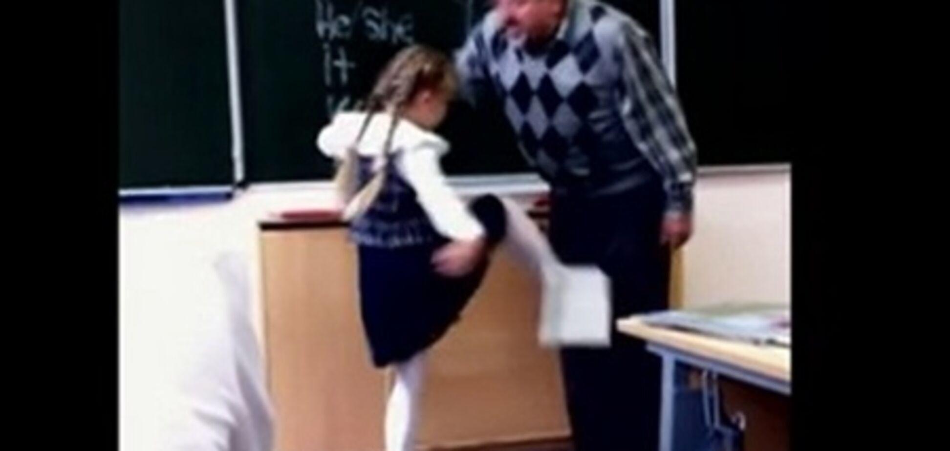 У Росії учениця молодших класів вдарила вчителя між ніг