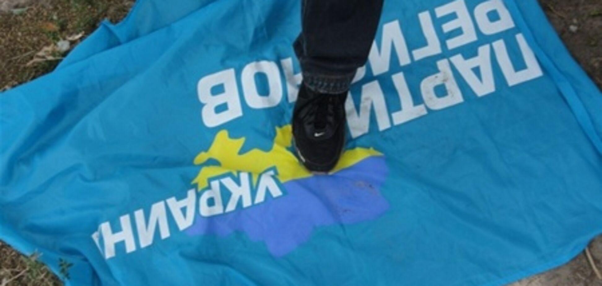 У Маріуполі прихильники УПА спалили прапор Партії регіонів