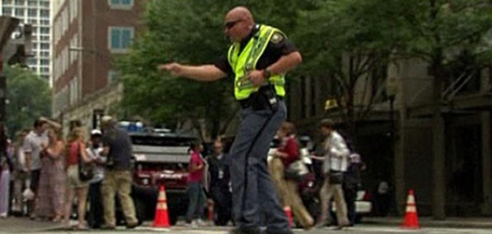 У США регулювальник розважав публіку танцями на перехресті