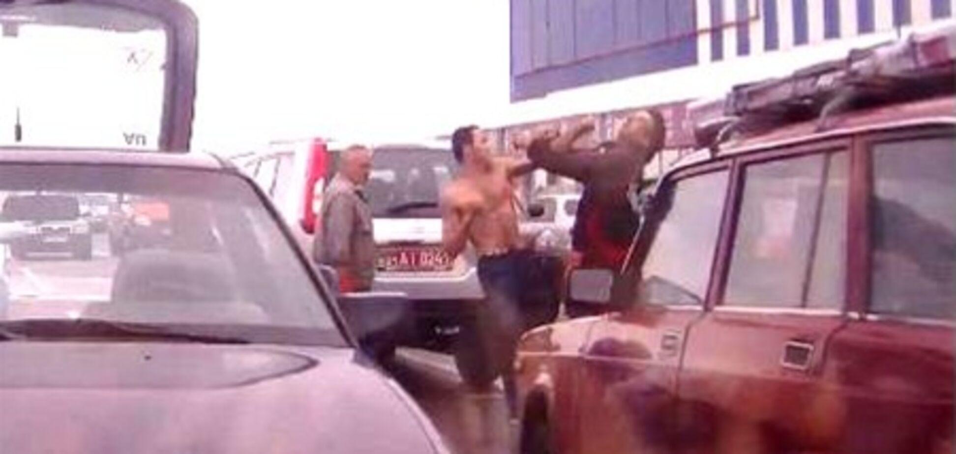 В Харькове драка водителей закончилась нокаутом. Видео