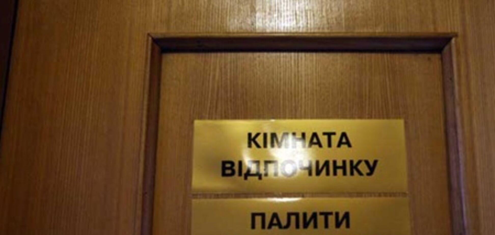 Депутати засмічують недопалками рукомийники ВР. Фото
