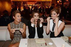 Голливудские актрисы веселятся на открытии ресторана. Фото