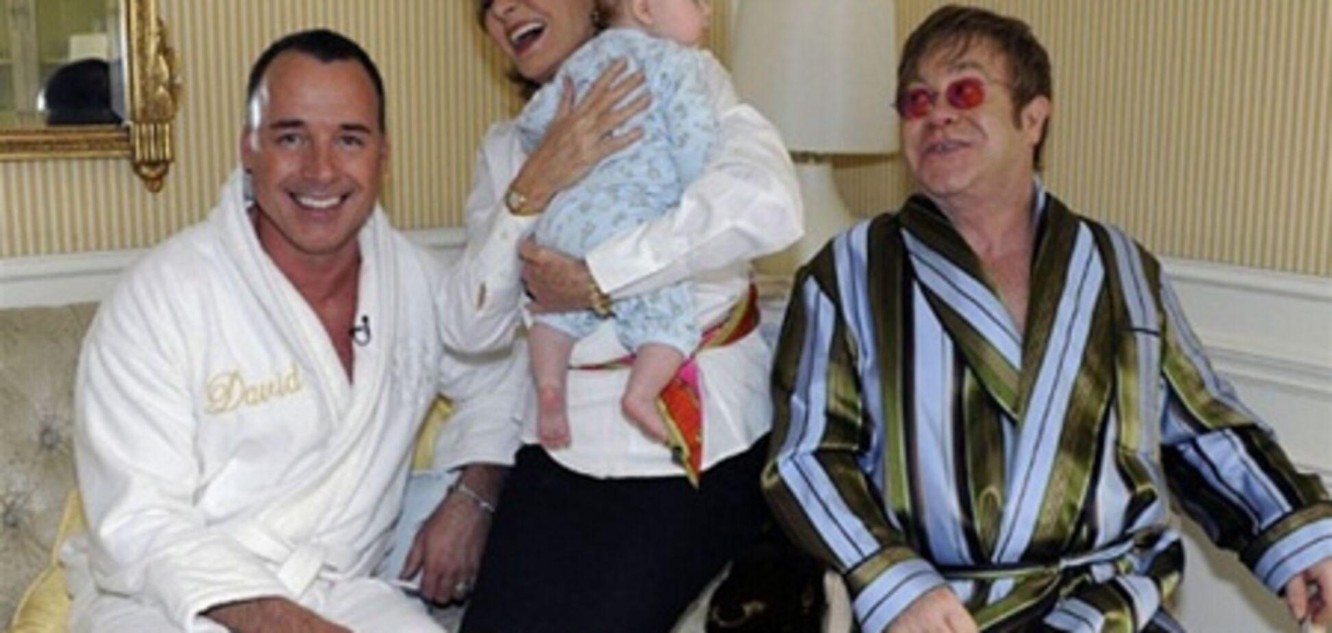 Сэр Элтон заплатил за ребенка $32 тысячи