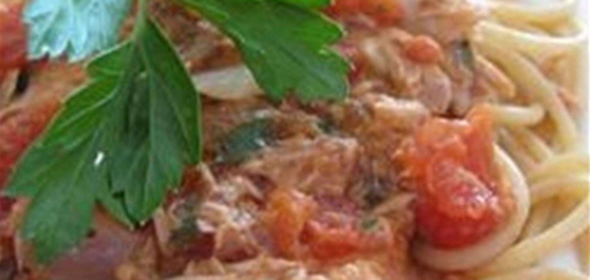 Спагетти с тунцом и помидорами