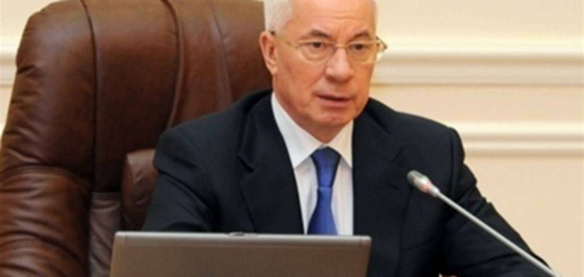 Азаров пообещал сделать регистрацию прав собственности доступ