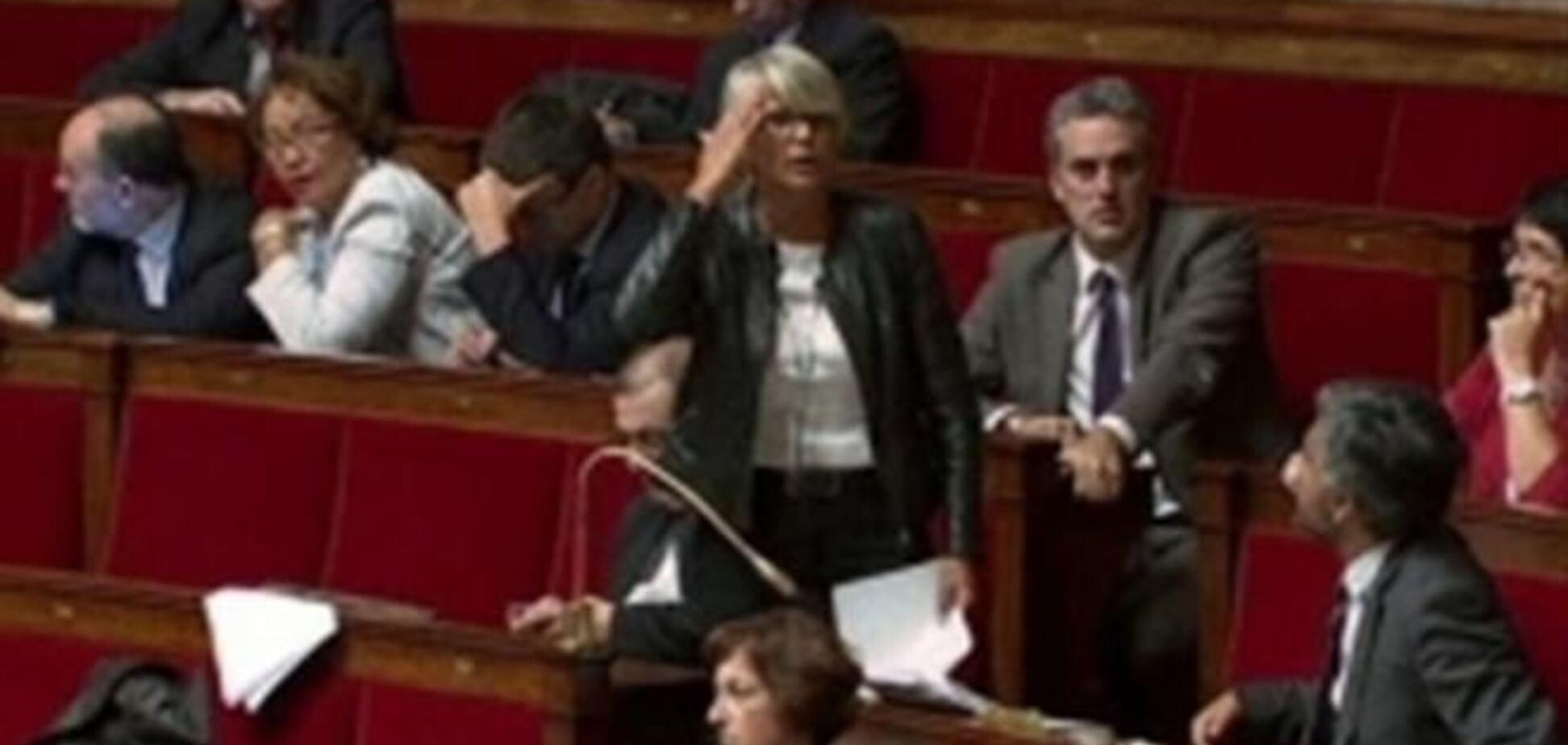 Во Франции депутата оштрафовали на 1,3 тыс. евро за кудахтанье