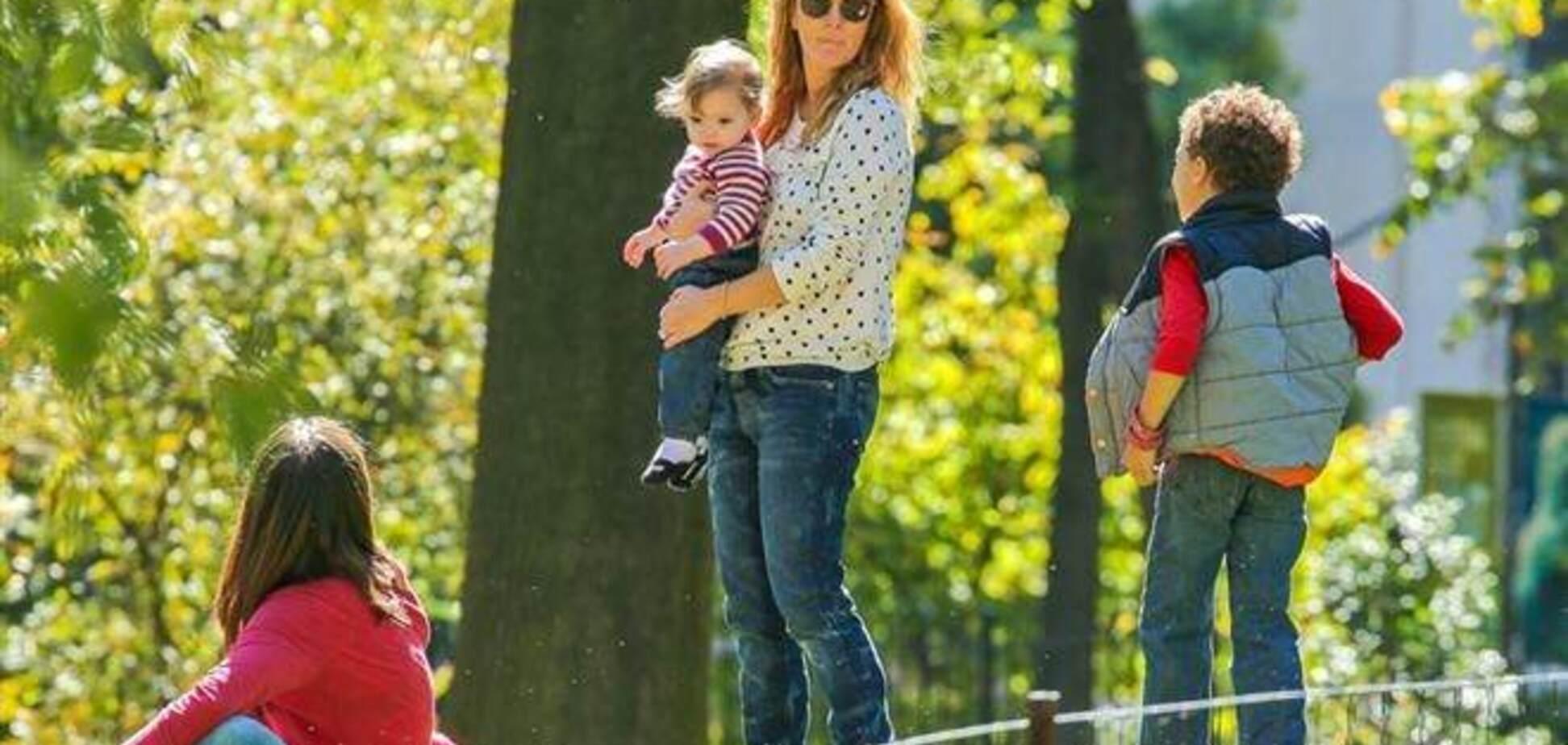 Дрю Бэрримор с мужем и дочерью веселится в парке