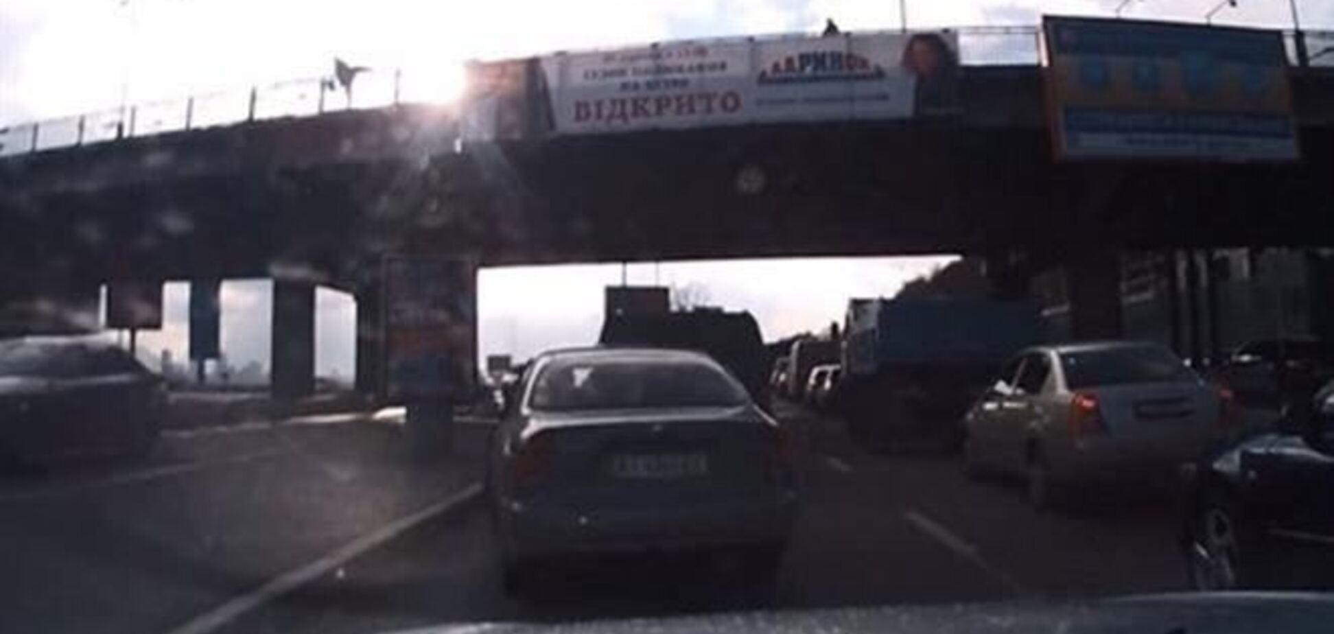 Попытка суицида на мосту Метро: прыгнула психически больная киевлянка