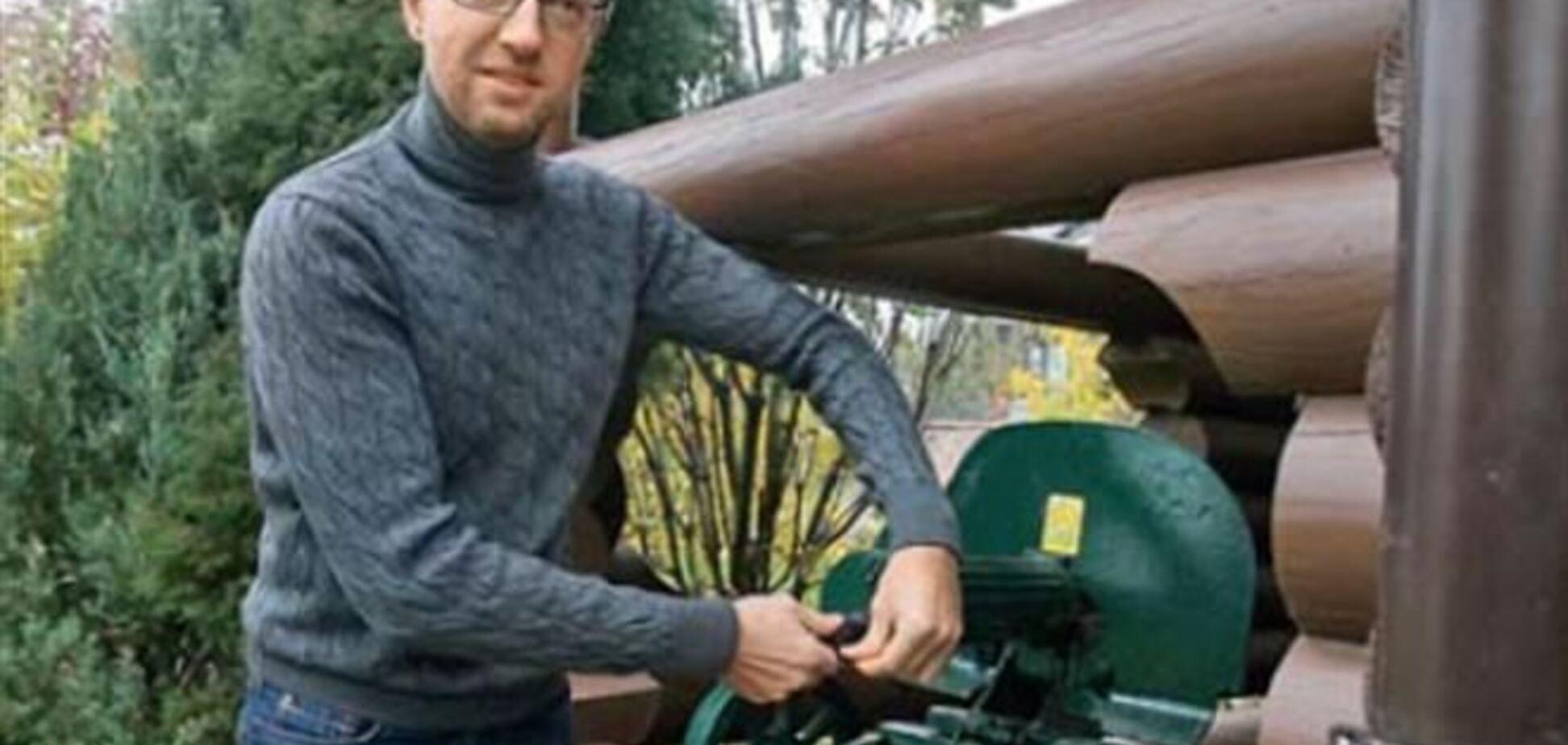 Яценюк показав свій двоповерховий особняк і кулемет