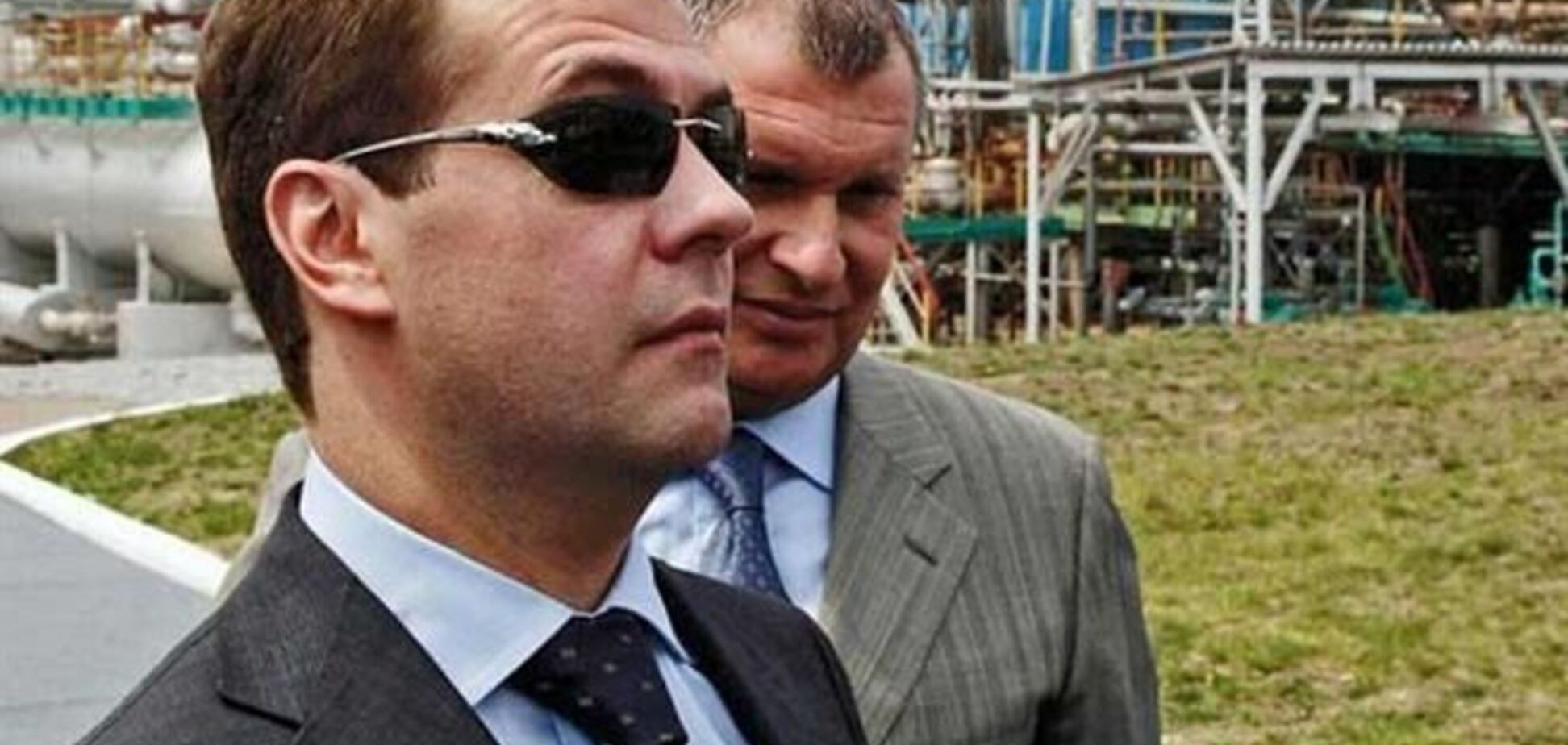 Медведев в женских очках рассмешил блогеров