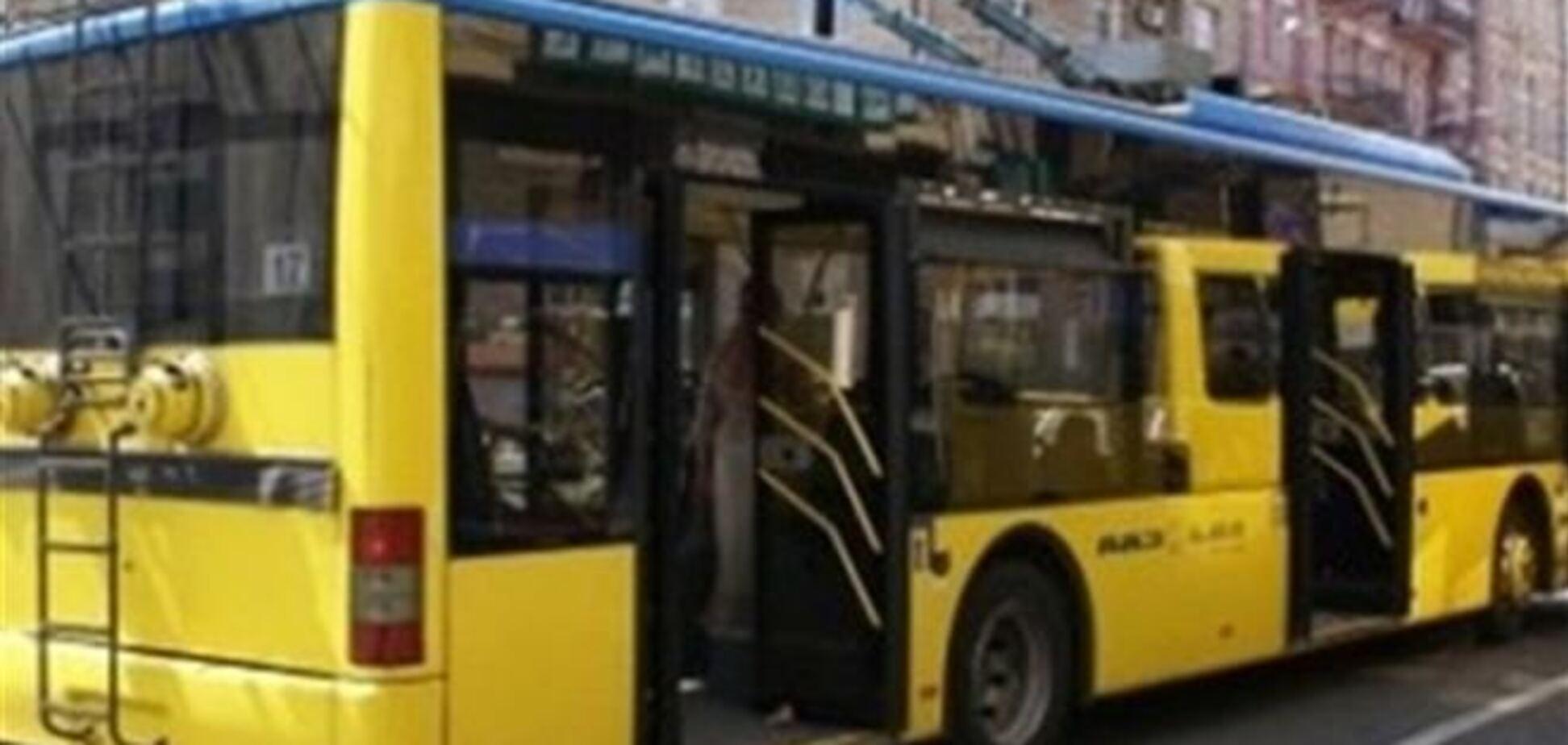 На Нивках пассажиры троллейбуса устроили драку