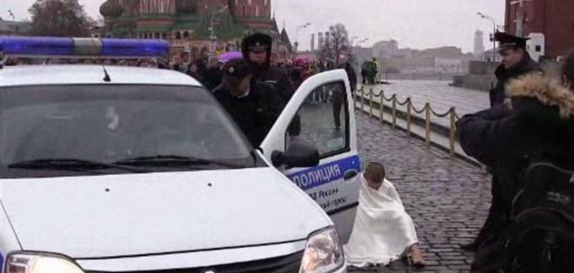 Художник прибил себя за гениталии к мостовой
