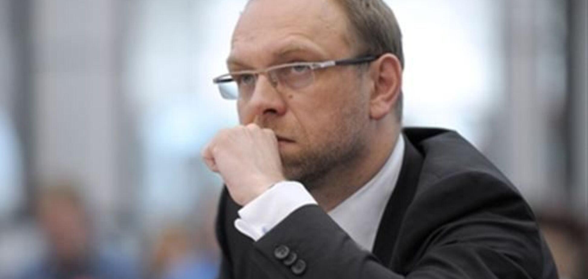 У Власенко хотят забрать загранпаспорт