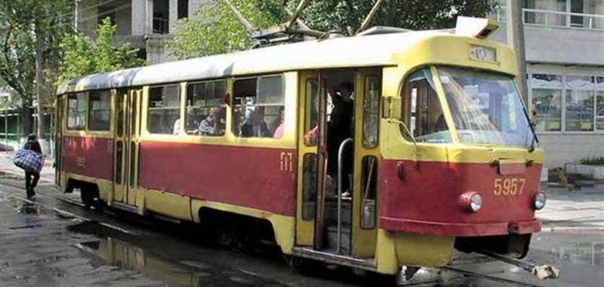 В Киеве подростки напали на водителя трамвая