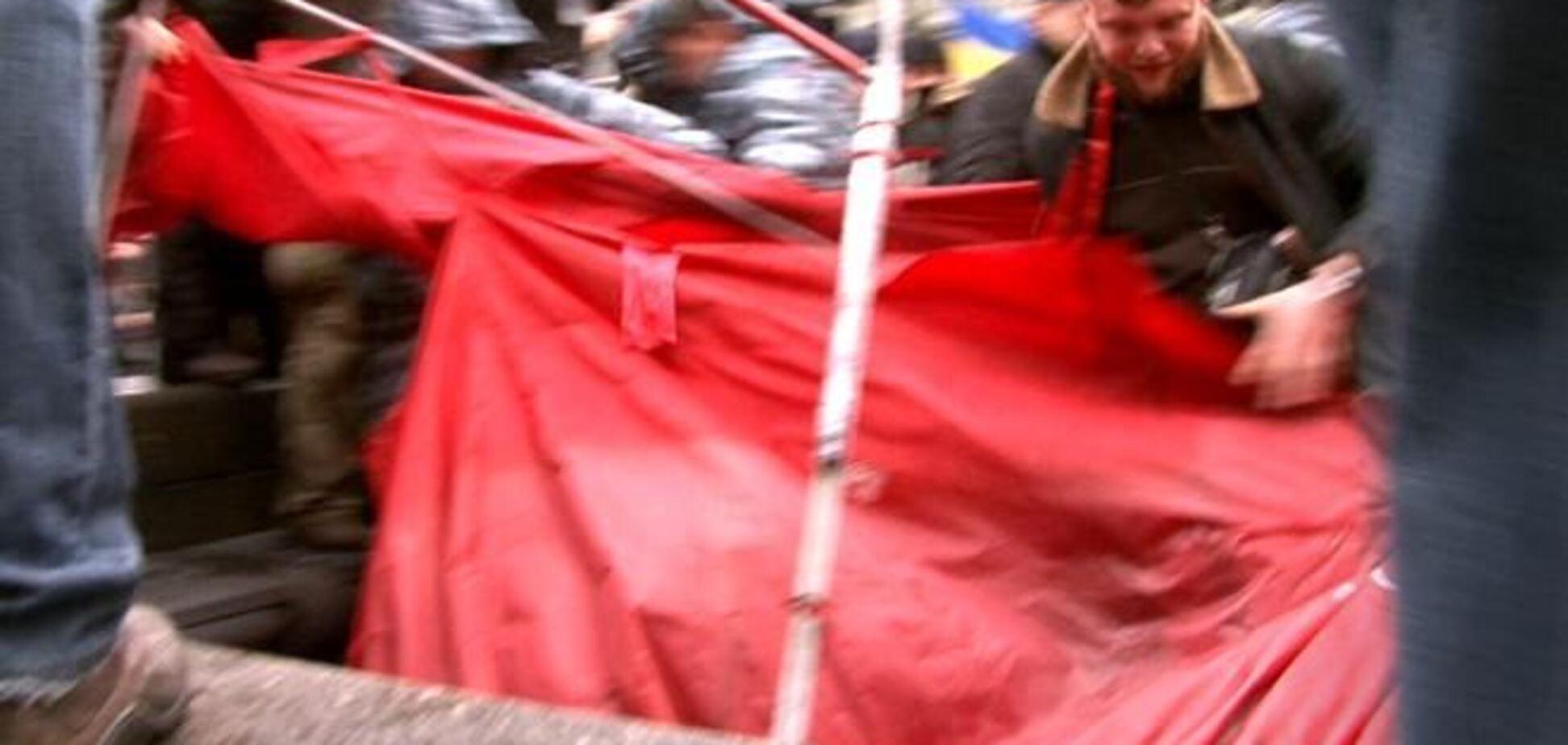 Участники евромитинга разорвали палатку КПУ