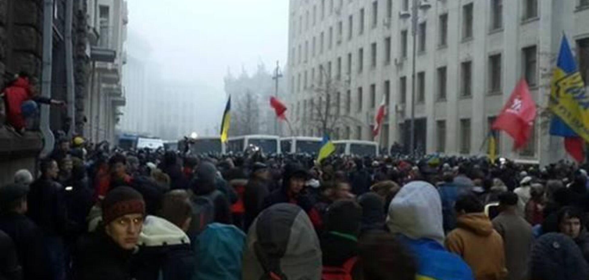 Протестующие вывесили у здания Кабмина флаги ЕС и УПА
