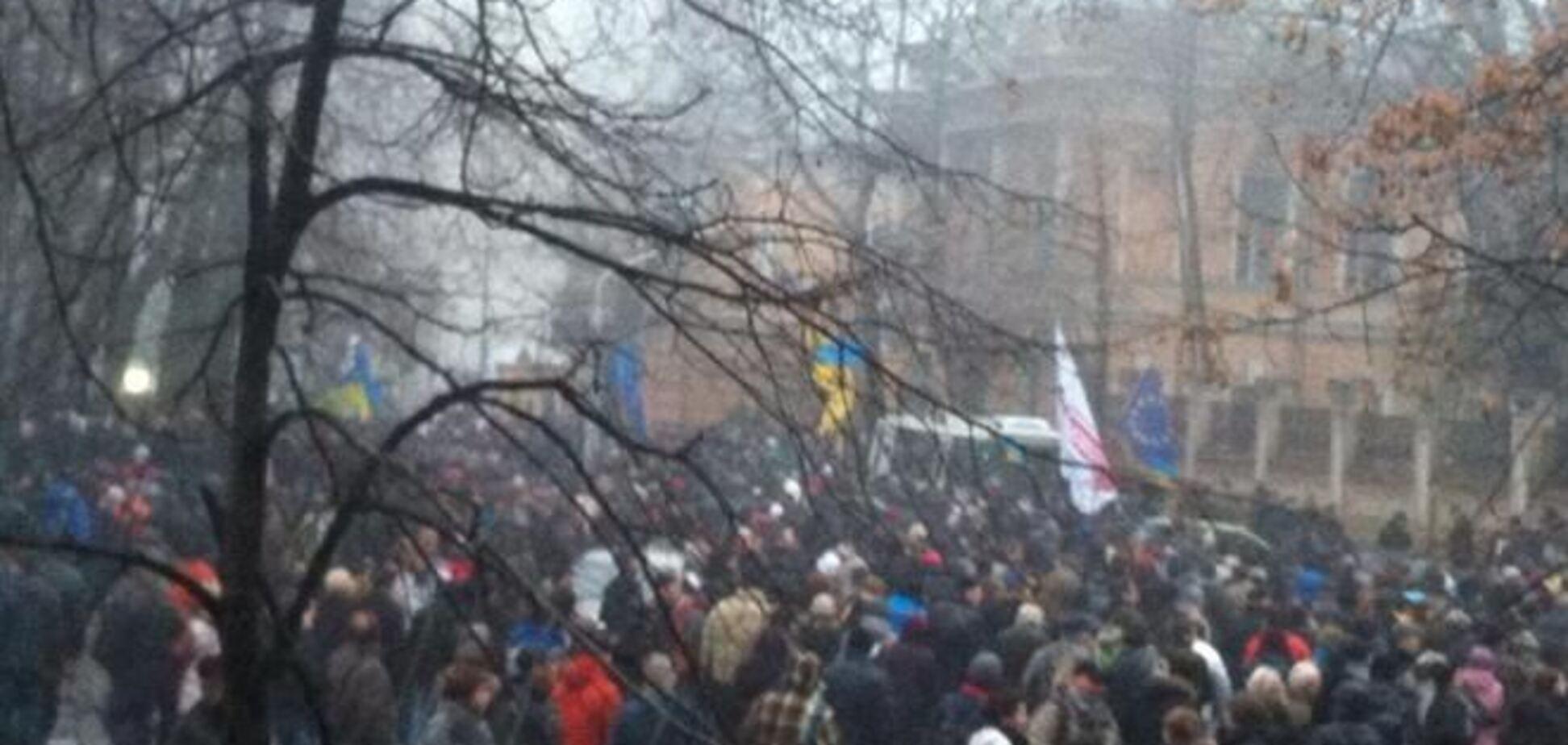 Толпа повернула к Администрации Президента, ее уже окружает 'Беркут'
