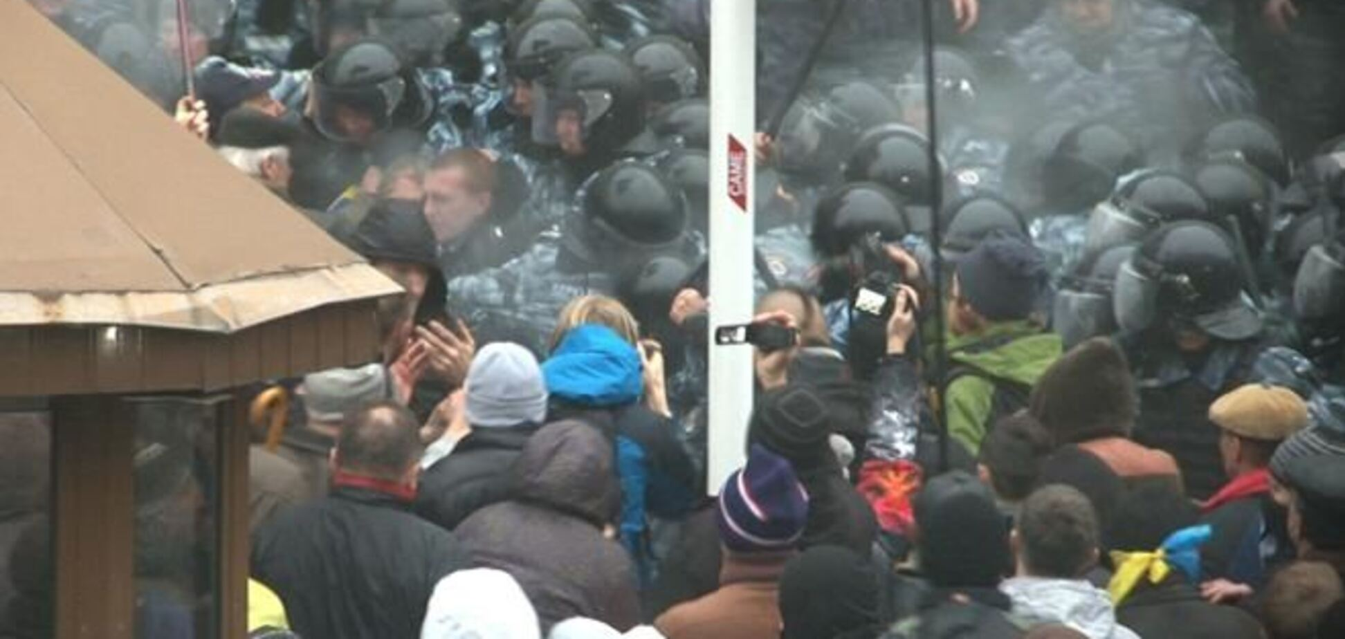 Драка под Кабмином на евромитинге. Слезоточивый газ и выстрелы