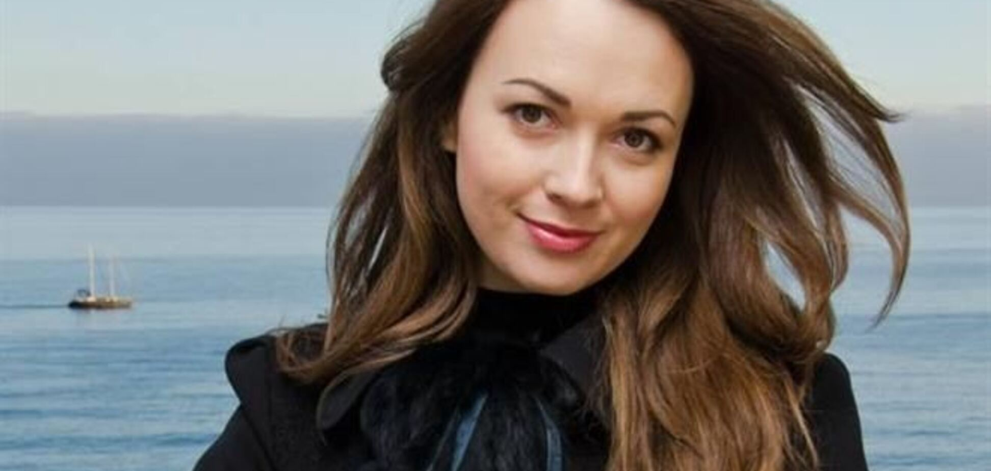 Супруга крымского министра из-за шубы села на шпагат