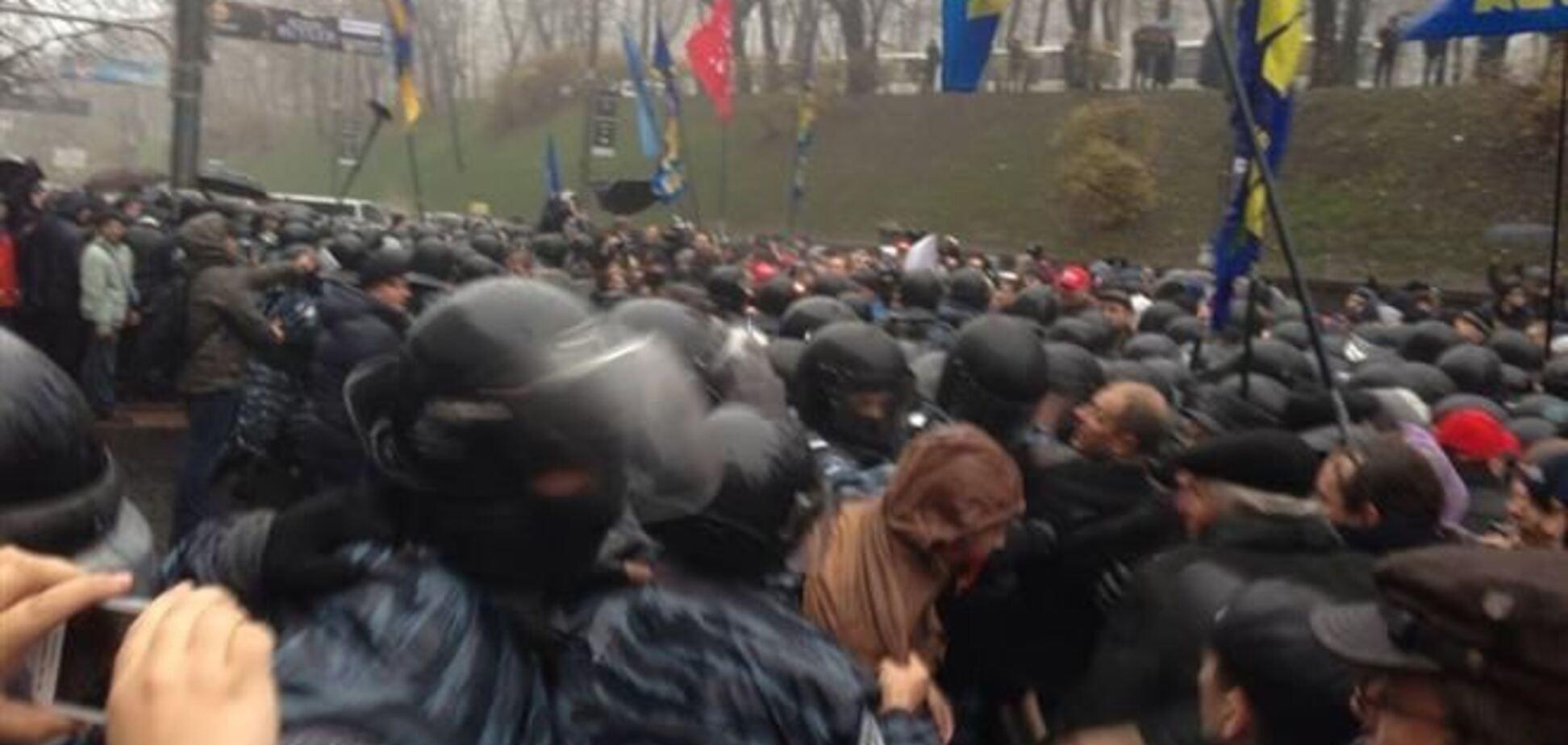 Под Кабмином 'Беркут' применил против митингующих слезоточивый газ