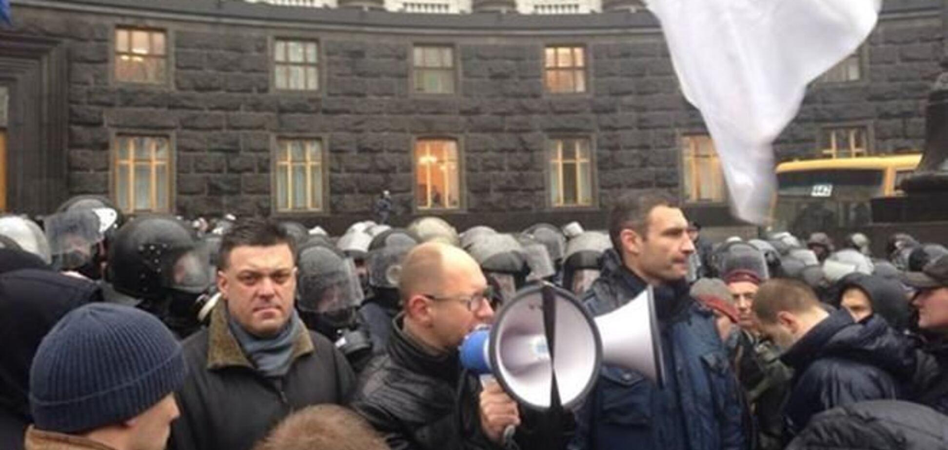 Под Кабмином скинулись на билет для Януковича в Вильнюс