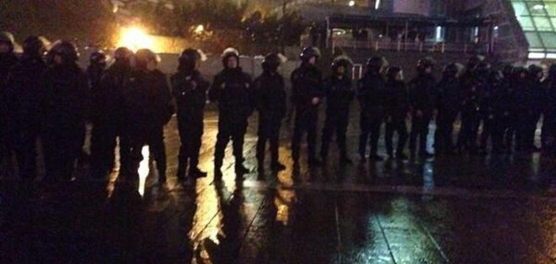 'Беркут' ограждает Майдан Независимости металлическими щитами