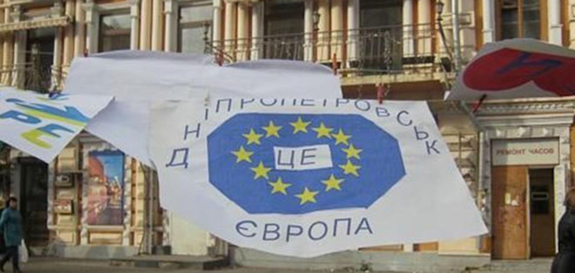 Неизвестные разгромили Евромайдан в Днепропетровске