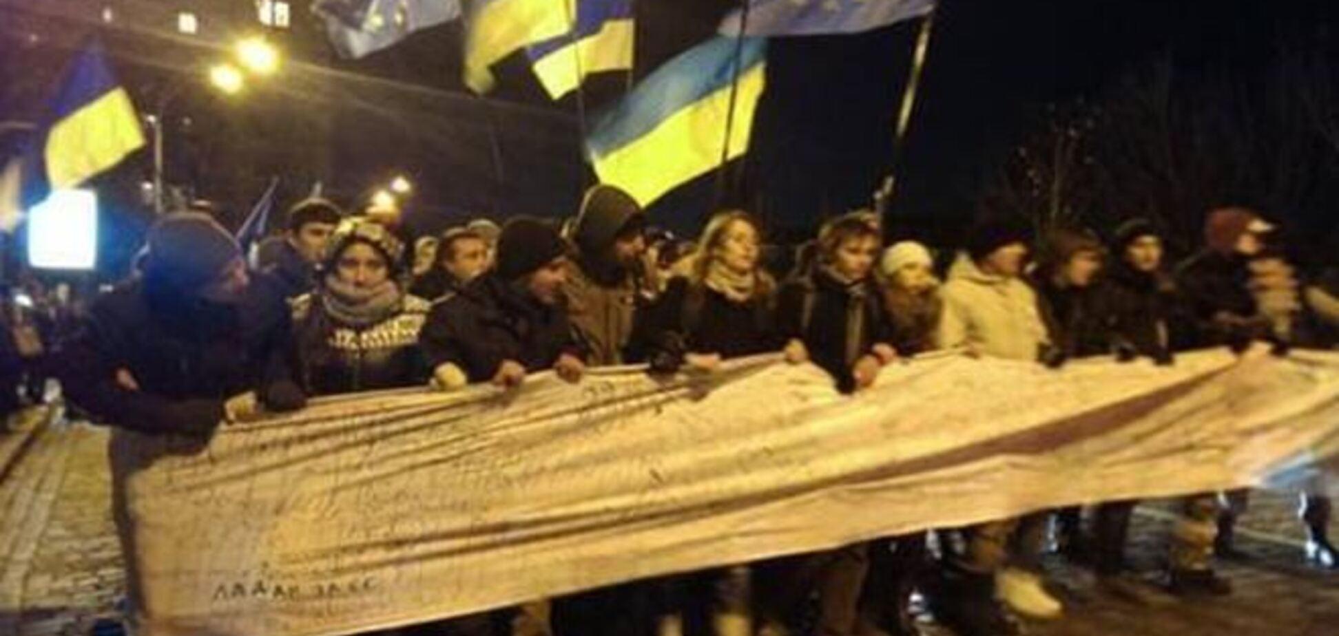 Тысячи студентов пришли к Януковичу с 250-метровым 'письмом'