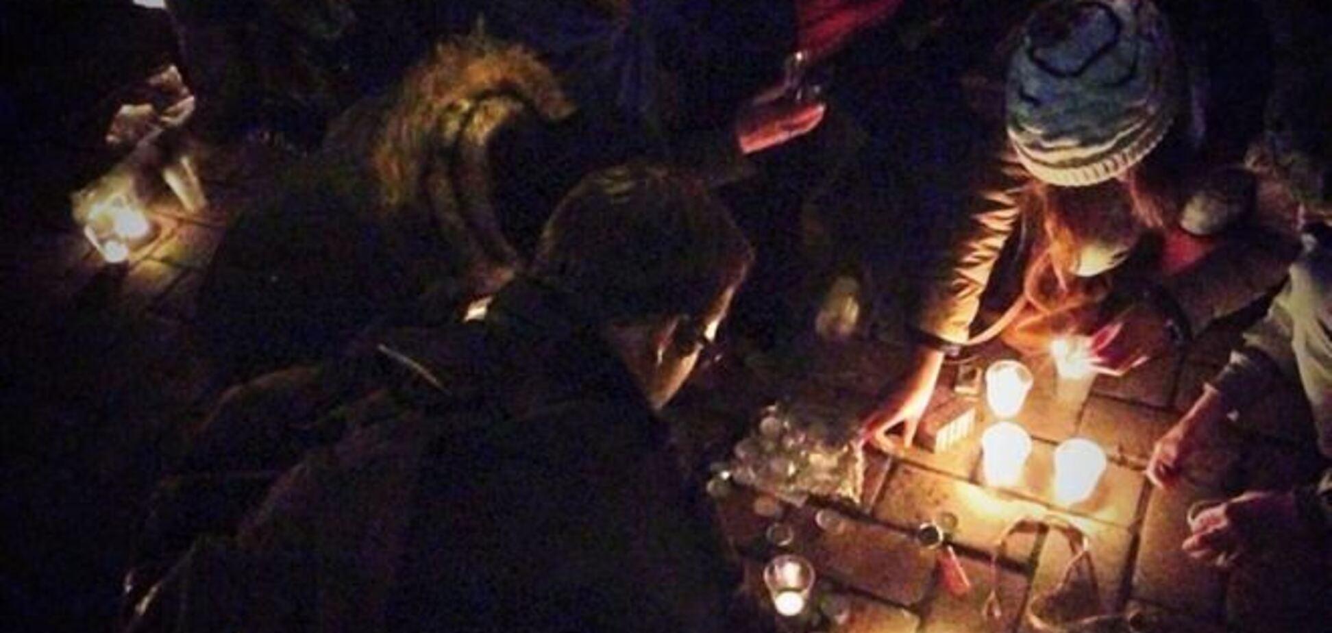 На Евромайдане в знак протеста зажгли свечи