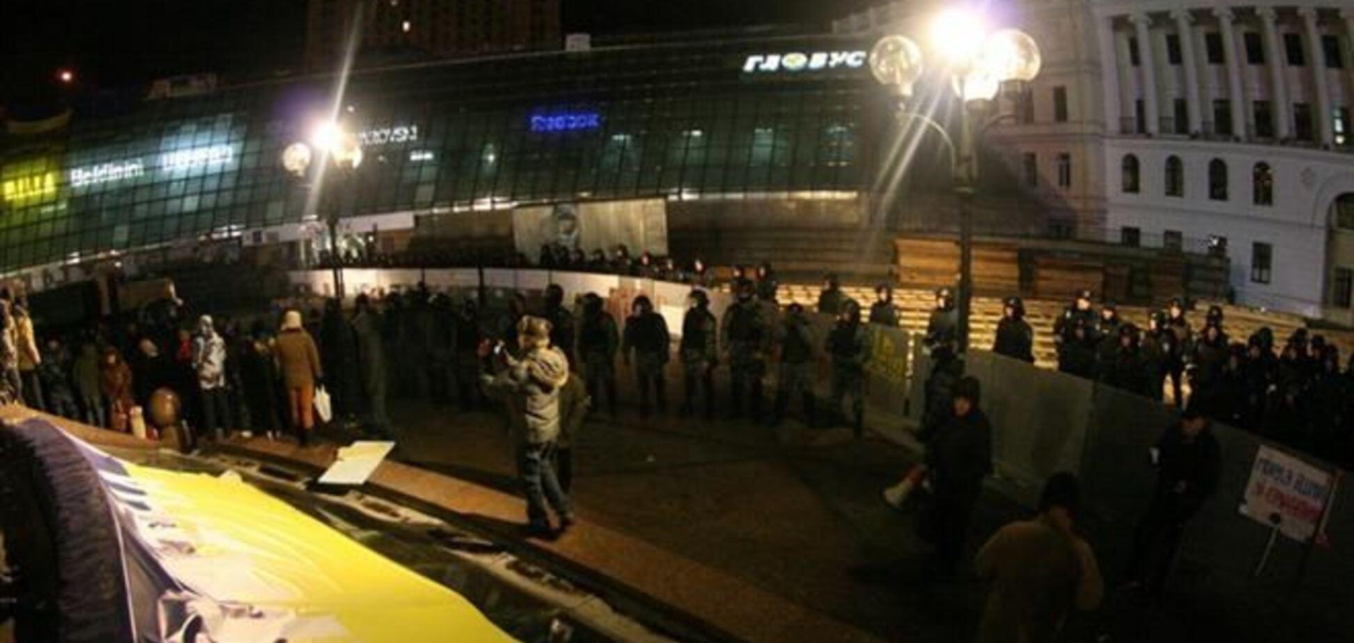 'Беркут' плотно окружил стелу Независимости, милиция прячется в переходах