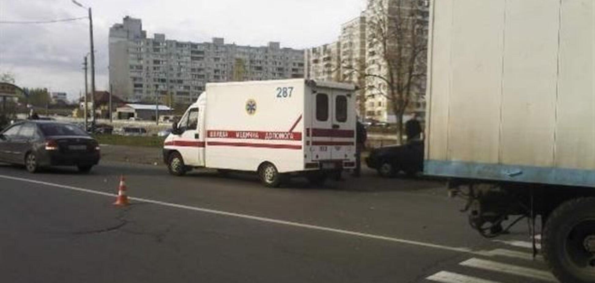 В Киеве грузовик сбил на зебре женщину