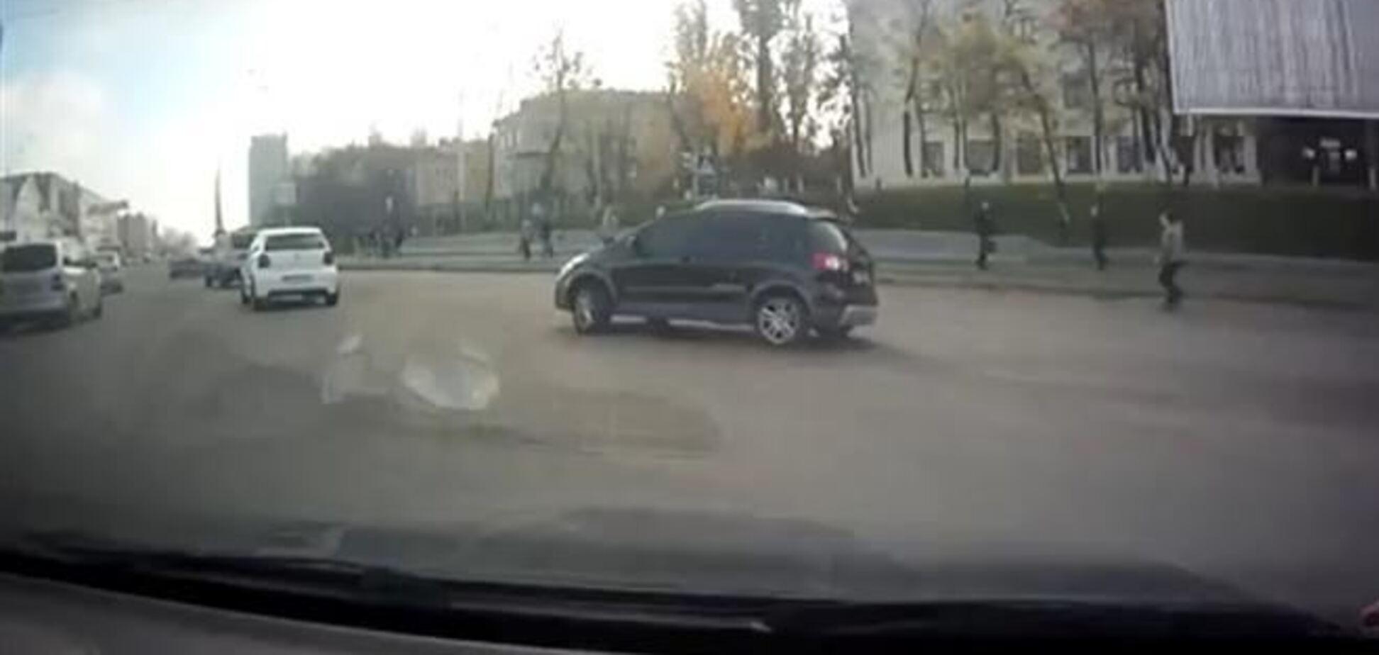В Киеве пешеходы убегали от сумасшедшего водителя